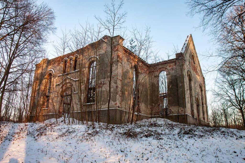 Ruina kościoła ewangelickiego w Niwiskach